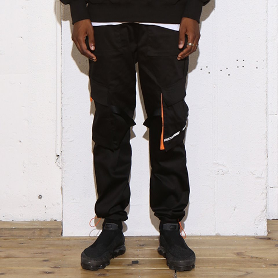 [RENDEZVOUZ] DIAGONAL POCKET CARGO PANTS BLACK