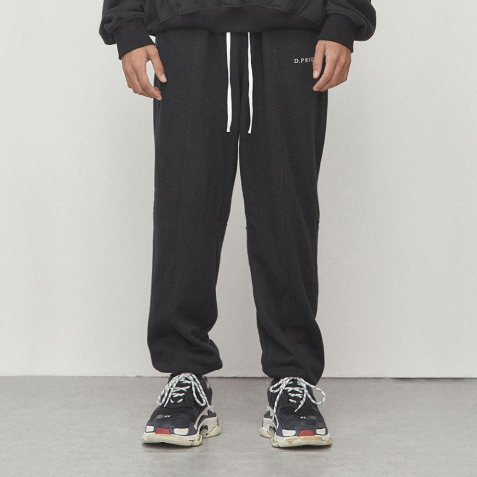 [D.PRIQUE] Logo Jogger Pants Black (D18F161)